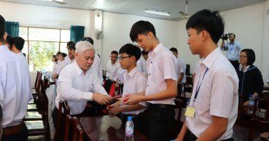 Bí thư Tỉnh ủy về thăm và chúc tết trường chuyên Quang Trung